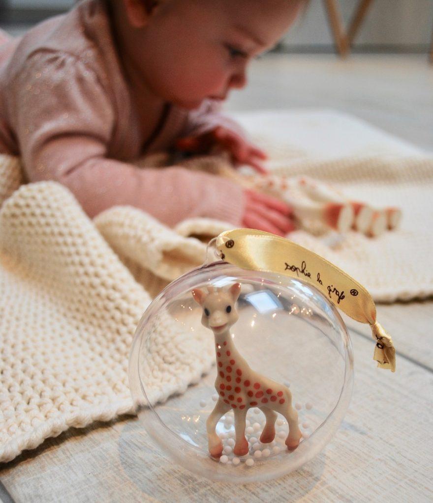 sophie de giraf kerstbal, babylabel, babys eerste kerst