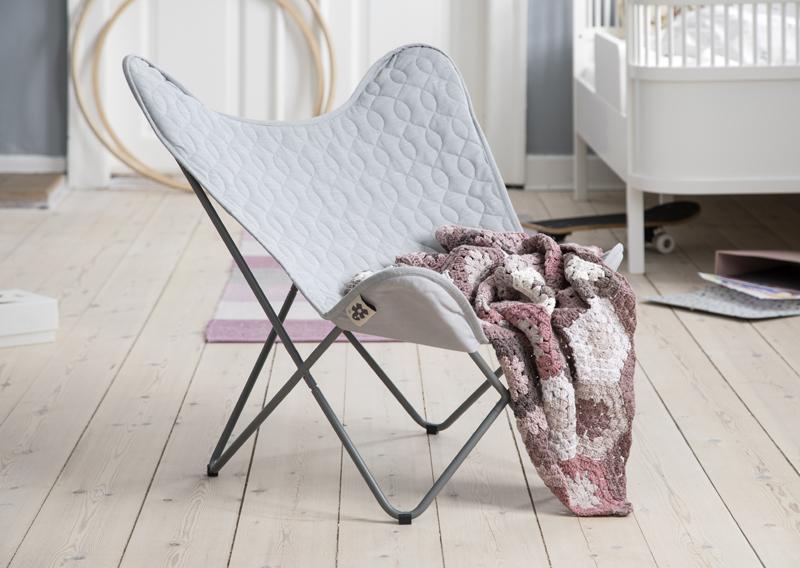 Scandinavische babykamer, vlinderstoel, stoel voor op babykamer