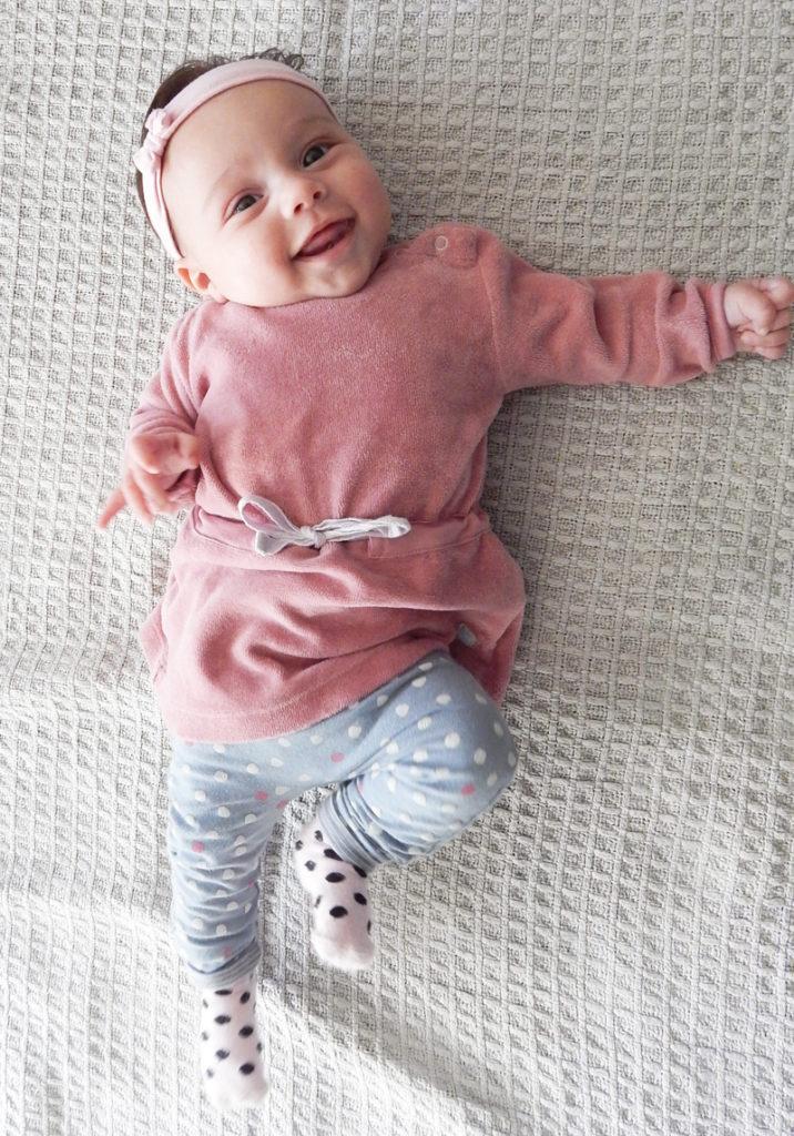 babykleding, babylabel, roze babyjurkje