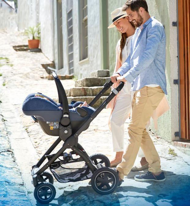 baby in maxi-cosi, veiligheid baby, op stap met baby, onderweg met baby
