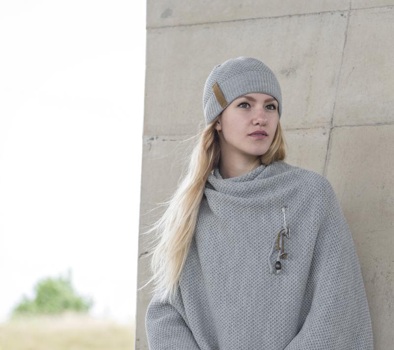 mevrouw schaap, knit factory, grijs omslagvest,