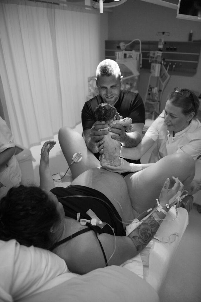 baby wordt geboren, geboortefotografie