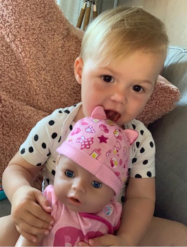 poppenmeisje, mijn kind speelt met poppen, babypop