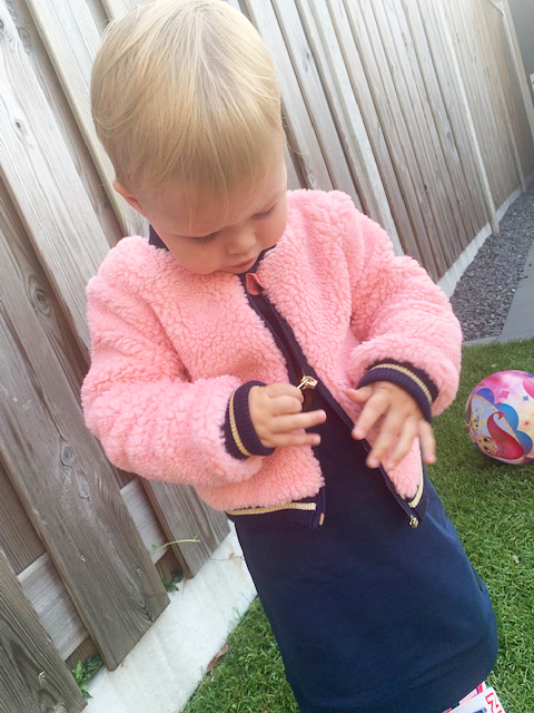 roze bontjasje klein meisje, meisjeskleding maat 80, levv babykleding, little levv