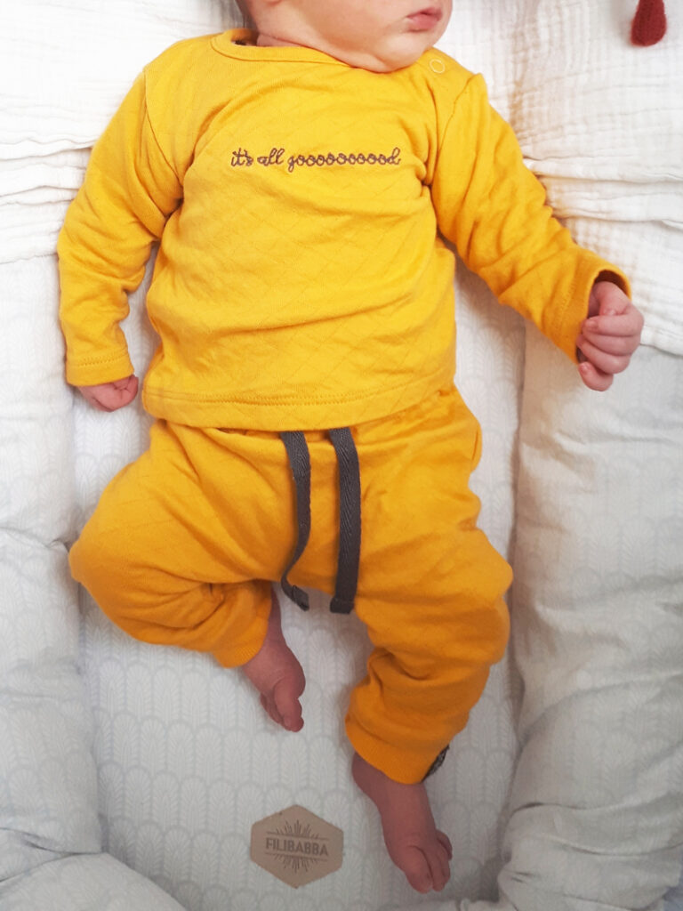 geel babypakje