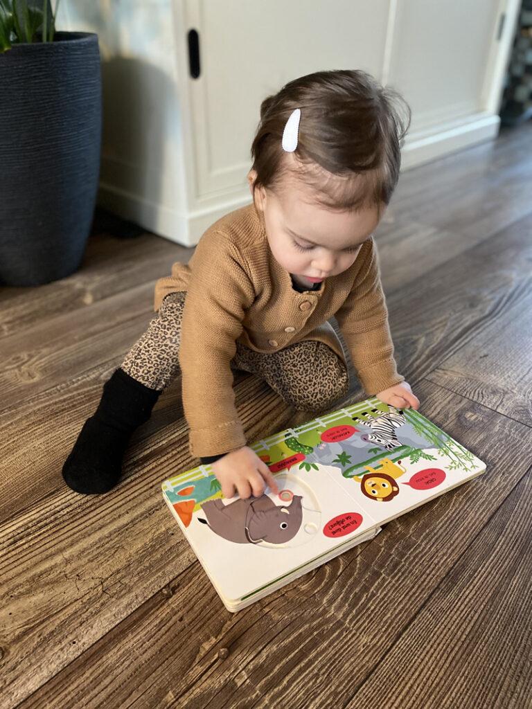 boekje lezen met kinderen, kleine kind boekje lezen, bibliotheek, bibliotheek leuk voor kinderen