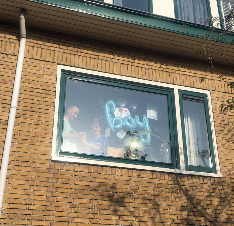 baby achter raam laten zien in corona tijd, baby corona