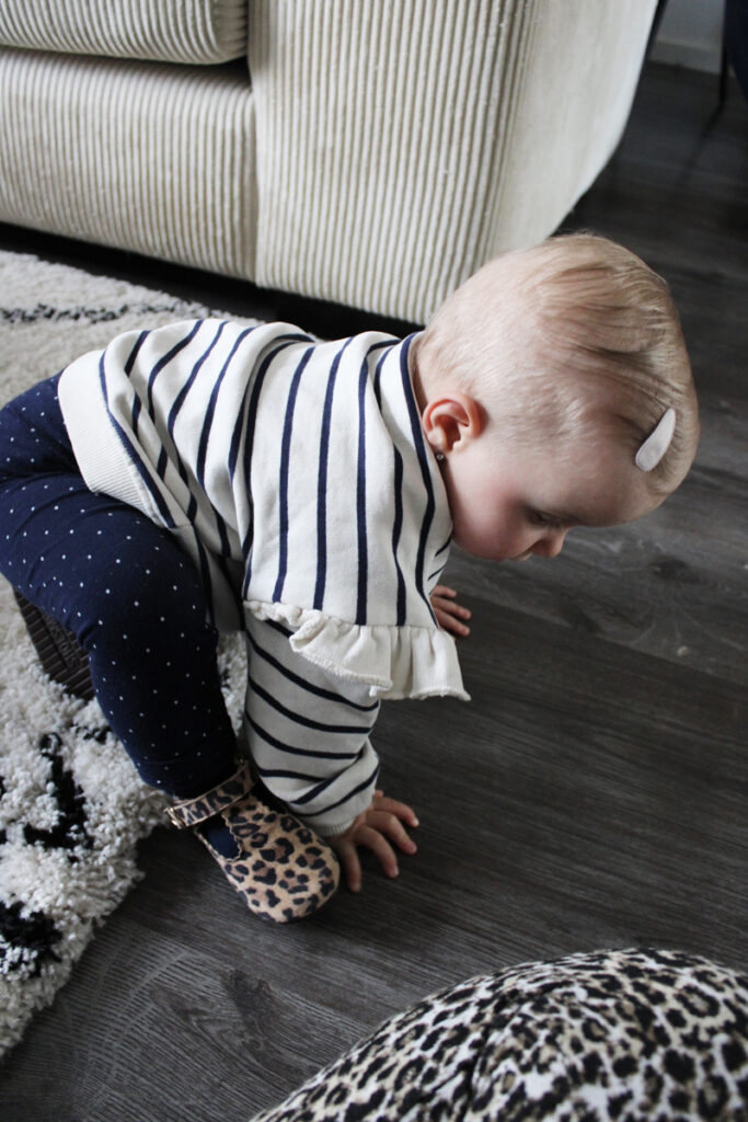 eerste stapjes, baby zet eerste stapjes, zetten van eerste stapjes