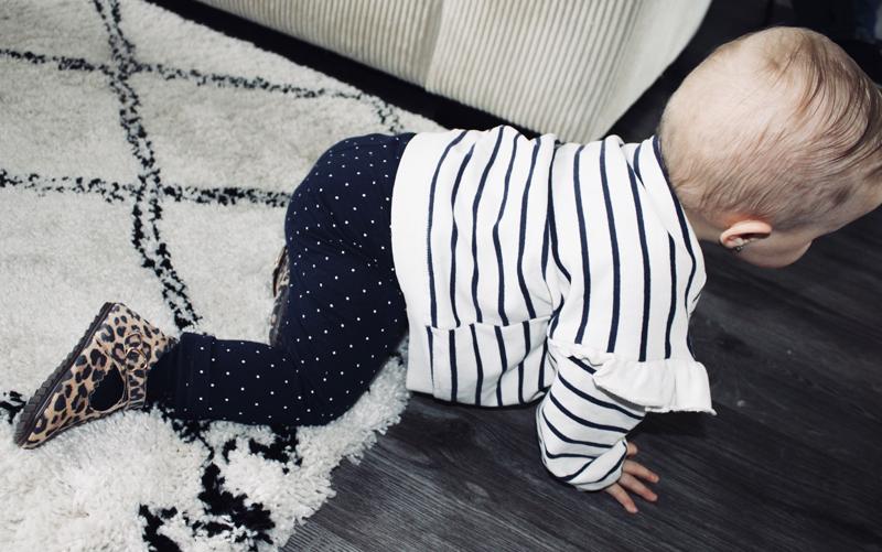 kruipen baby, eerste stapjes oefenen