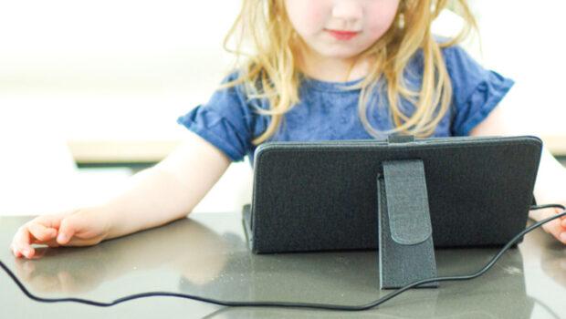 schermtijd kleuter, hoe lang mag een kleuter televisie kijken, kleuter en tablet