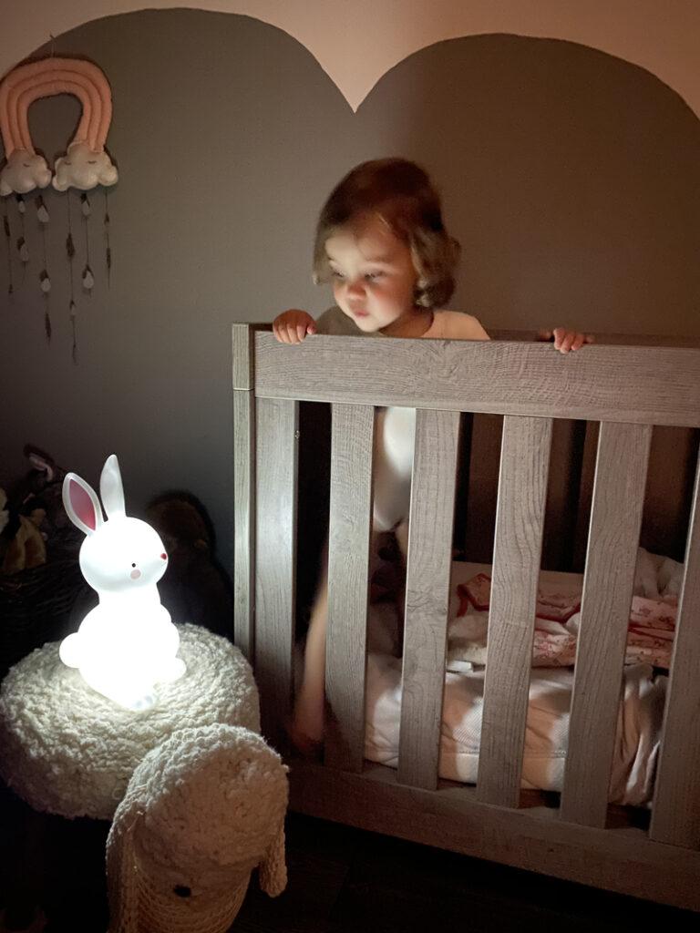 konijnen lampje, nachtlamp konijn, a little lovely company, babylabel, babylabel review, lampje in het donker, peuter