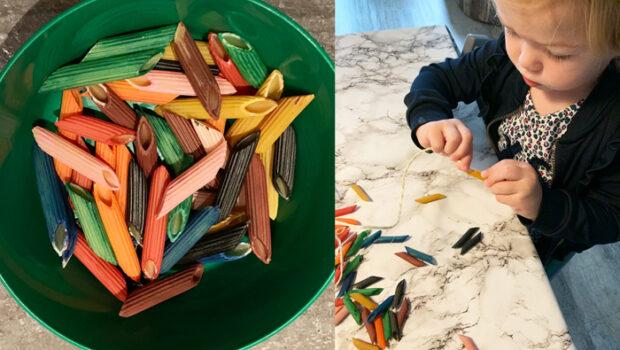 knutselen met pasta, pastaketting maken, knutselen met peuters