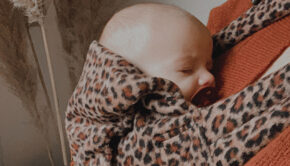 babymusthaves, babylabel review, bykay, draagzak bykay, ByKay draagzak Furry Leopard Rust, ByKay click carrier draagzak Furry Leopard
