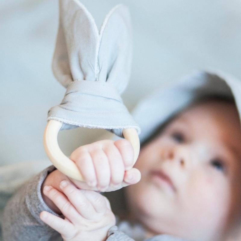 Fair Baby Beginnings, duurzame baby gifts, fabeleb, fabeleb bijtring, fabeleb rammelaar, kraamcadeau, baby cadeau, duurzaam baby cadeau