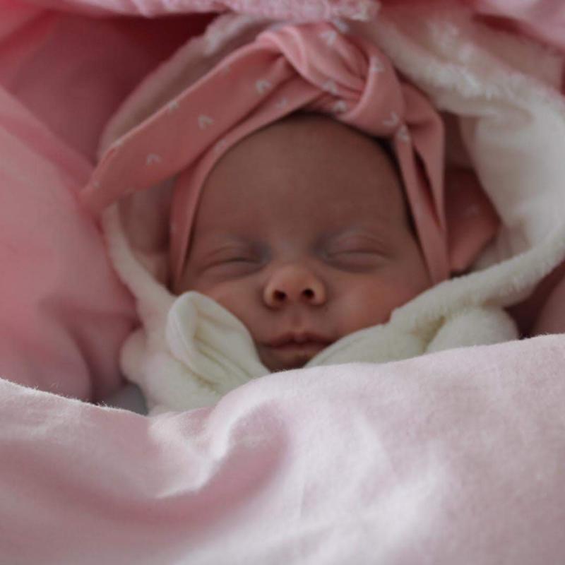 van baby naar peuter, kind 1 jaar, ontwikkeling kind, ontwikkeling baby, ontwikkeling van baby naar peuter, newborn, baby meisje, motherhood, het leven van een moeder, kersverse ouders, kersverse moeder ,wat moet ik met een baby, baby verzorging